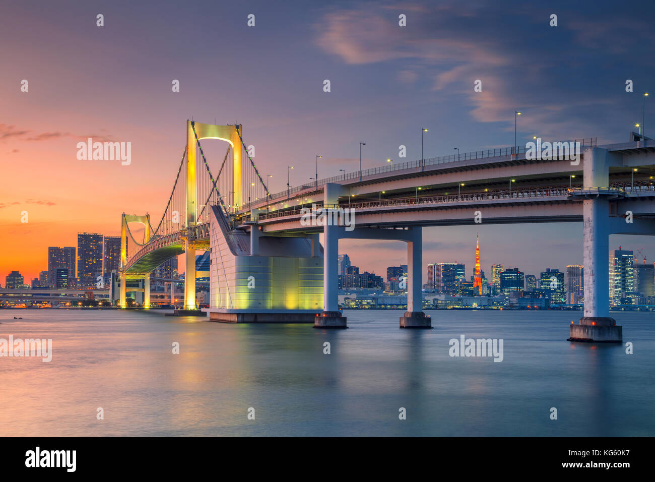 Tokyo. cityscape de droit de Tokyo, Japon avec pont en arc-en-ciel au coucher du soleil. Banque D'Images