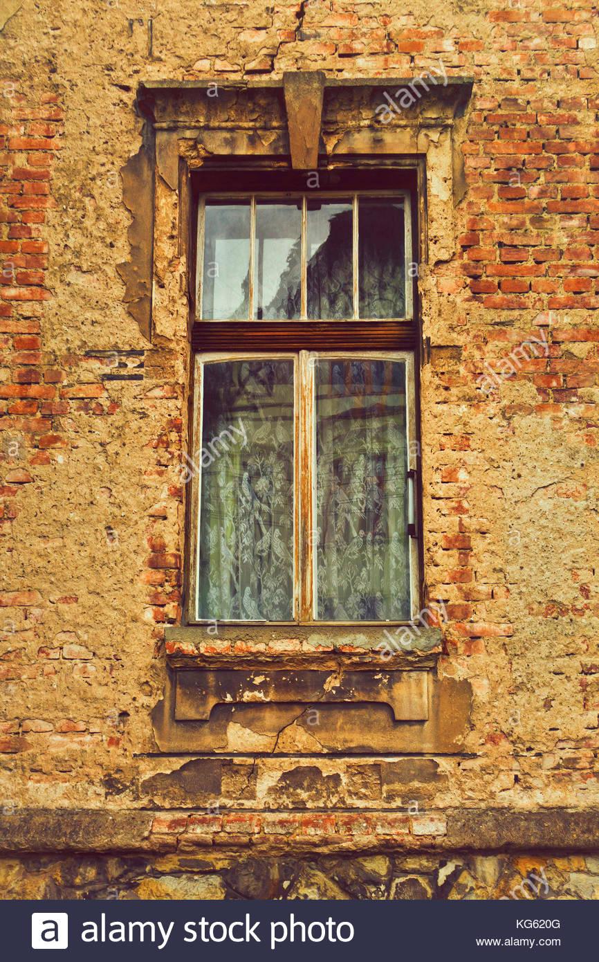 Fenêtre d'un immeuble en décomposition Photo Stock