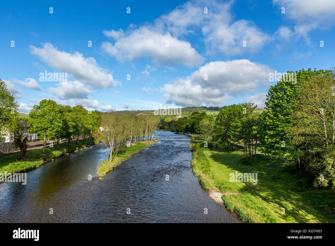 La rivière Tweed comme il traverse la ville de Scottish Borders Peebles, autour de vingt miles au sud d'Édimbourg Photo Stock