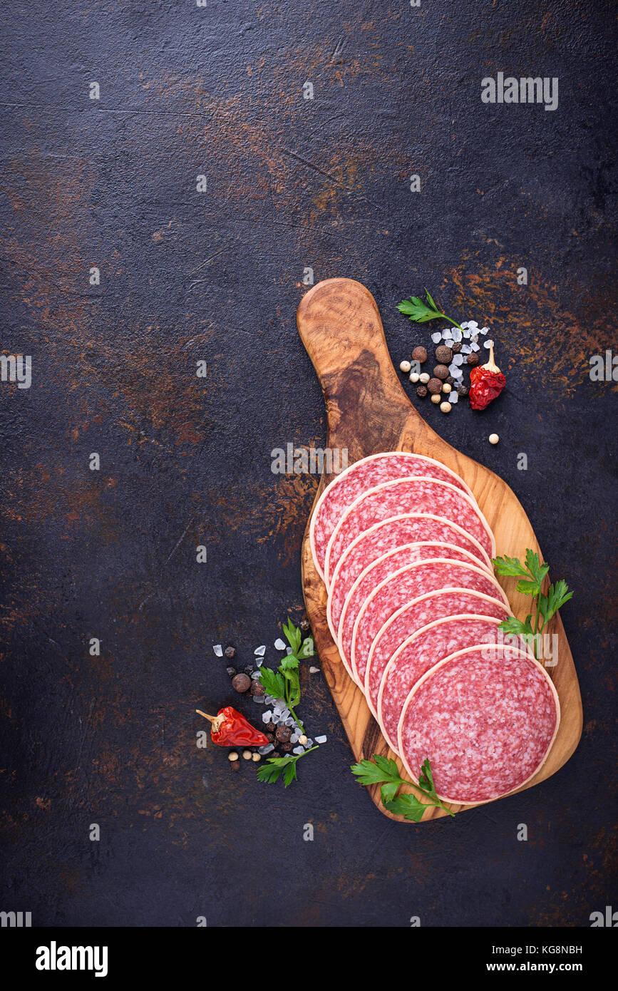Saucisse salami italien sur planche de bois. Photo Stock