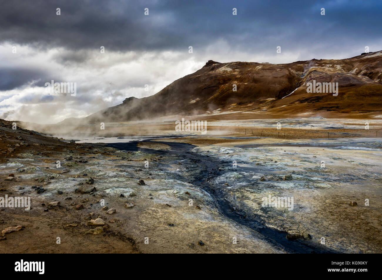 Zone géothermique Hverir près de Myvatn l'Islande avec des nuages et un ciel Photo Stock
