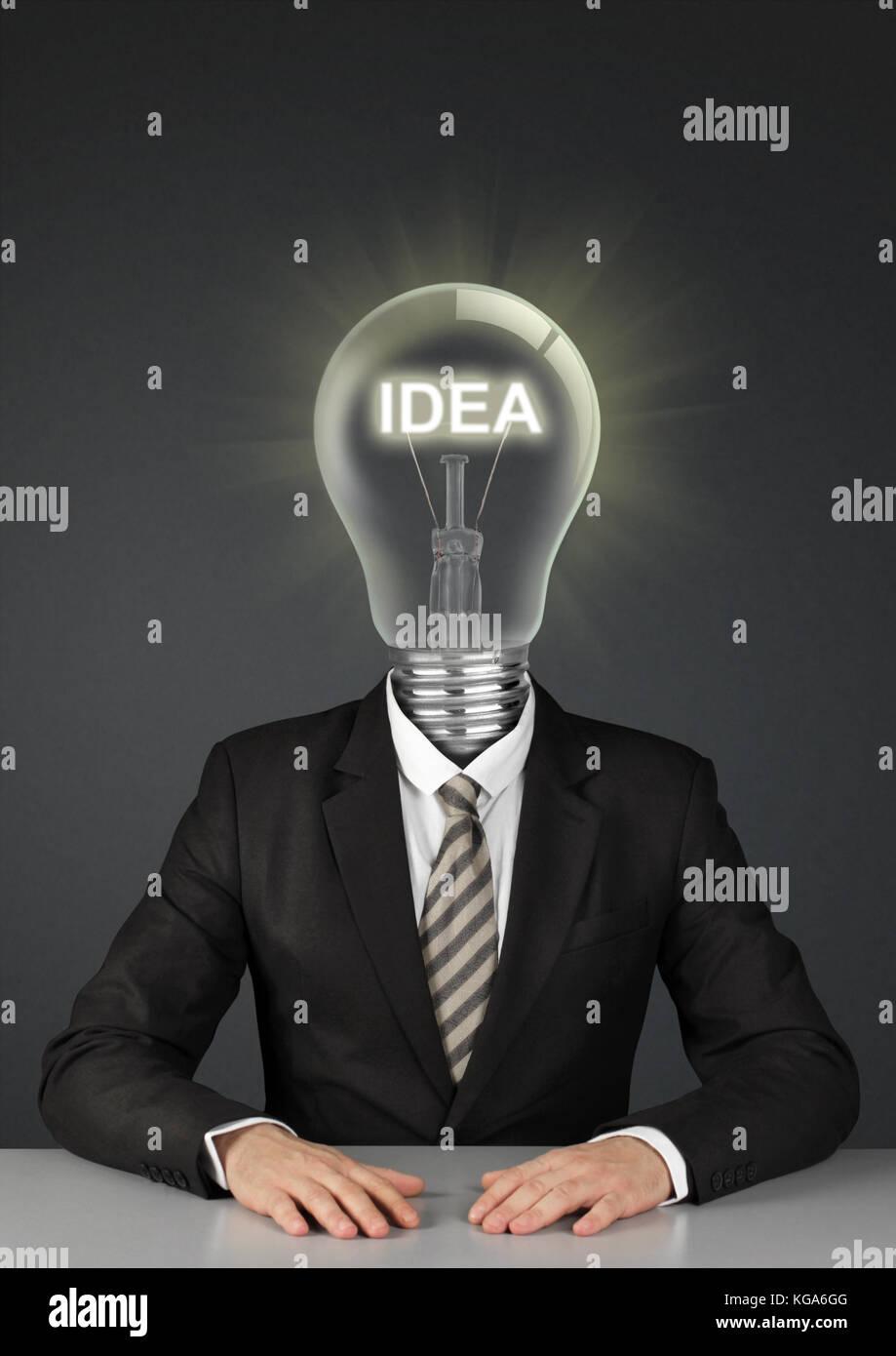 Businessman on noir avec ampoule électrique au lieu de tête, grandes idées concept Photo Stock