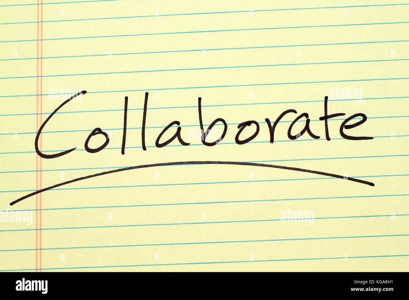 Le mot 'collaborer' a souligné sur un tampon juridique jaune Banque D'Images