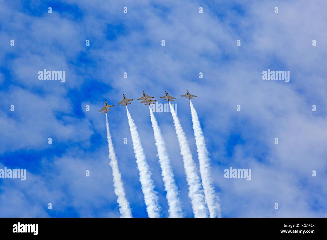 Les six de l'US Air Force Thunderbirds effectuer leur voltige de précision pendant les 'Warriors sur les monts Wasatch' Air Show at Hill AFB, Utah, USA. Banque D'Images
