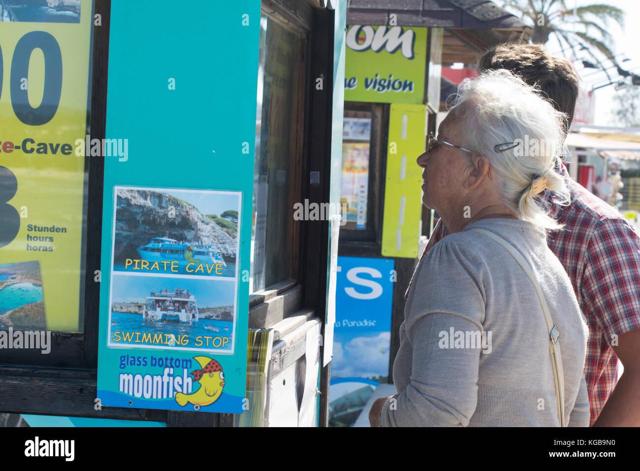 Jeune homme et sa grand-mère par la mer, Mallorca, Espagne Banque D'Images