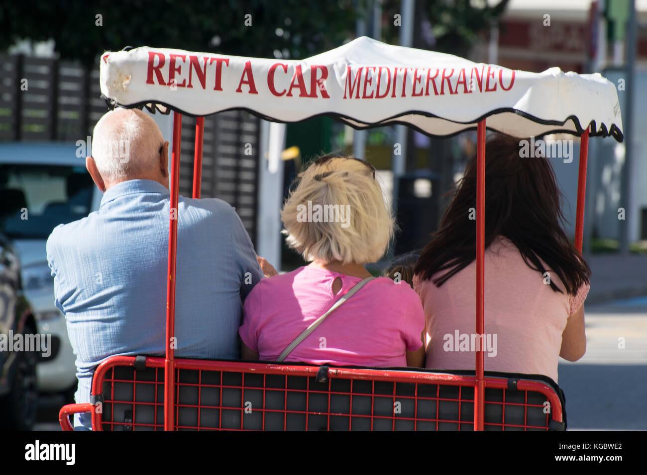 La conduite de la famille une voiture à pédale, Mallorca, Espagne Banque D'Images