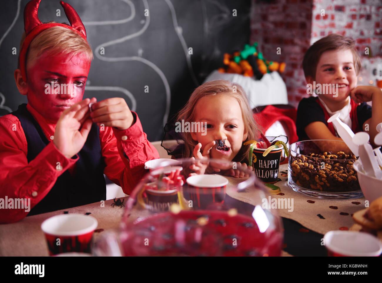 Absurde tout en mangeant à Halloween party Photo Stock
