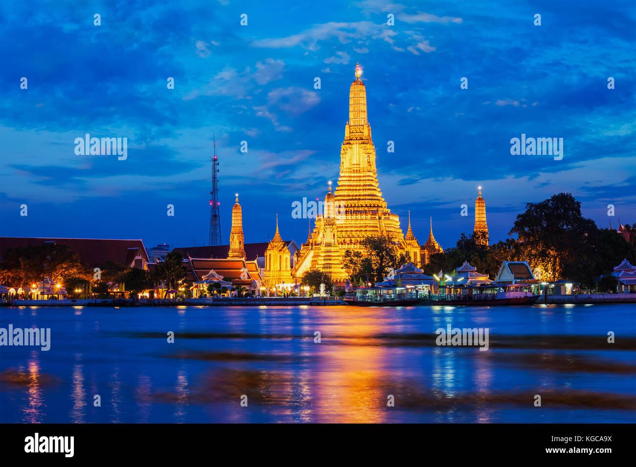 Wat Arun temple à Bangkok, Thaïlande dans la nuit Photo Stock