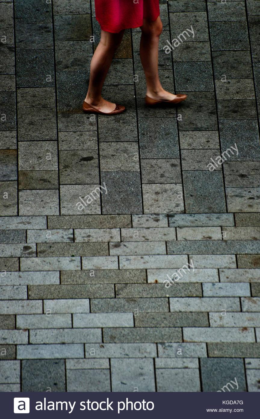 Les jambes d'une femme dans une jupe rouge d'Été Randonnée pédestre Photo Stock