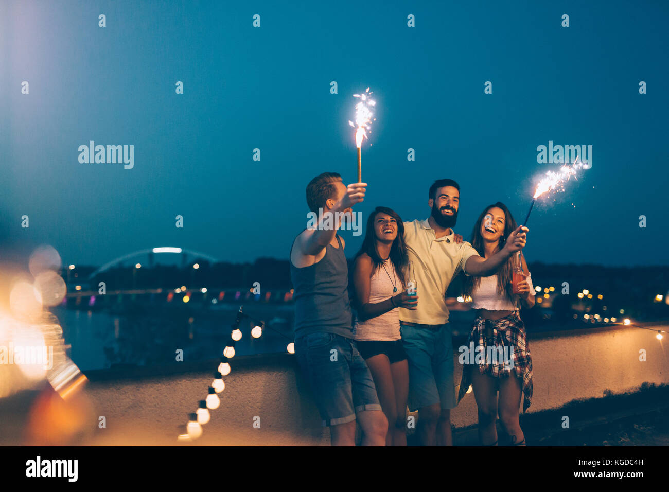 Groupe d'happy friends celebrating at rooftop Photo Stock