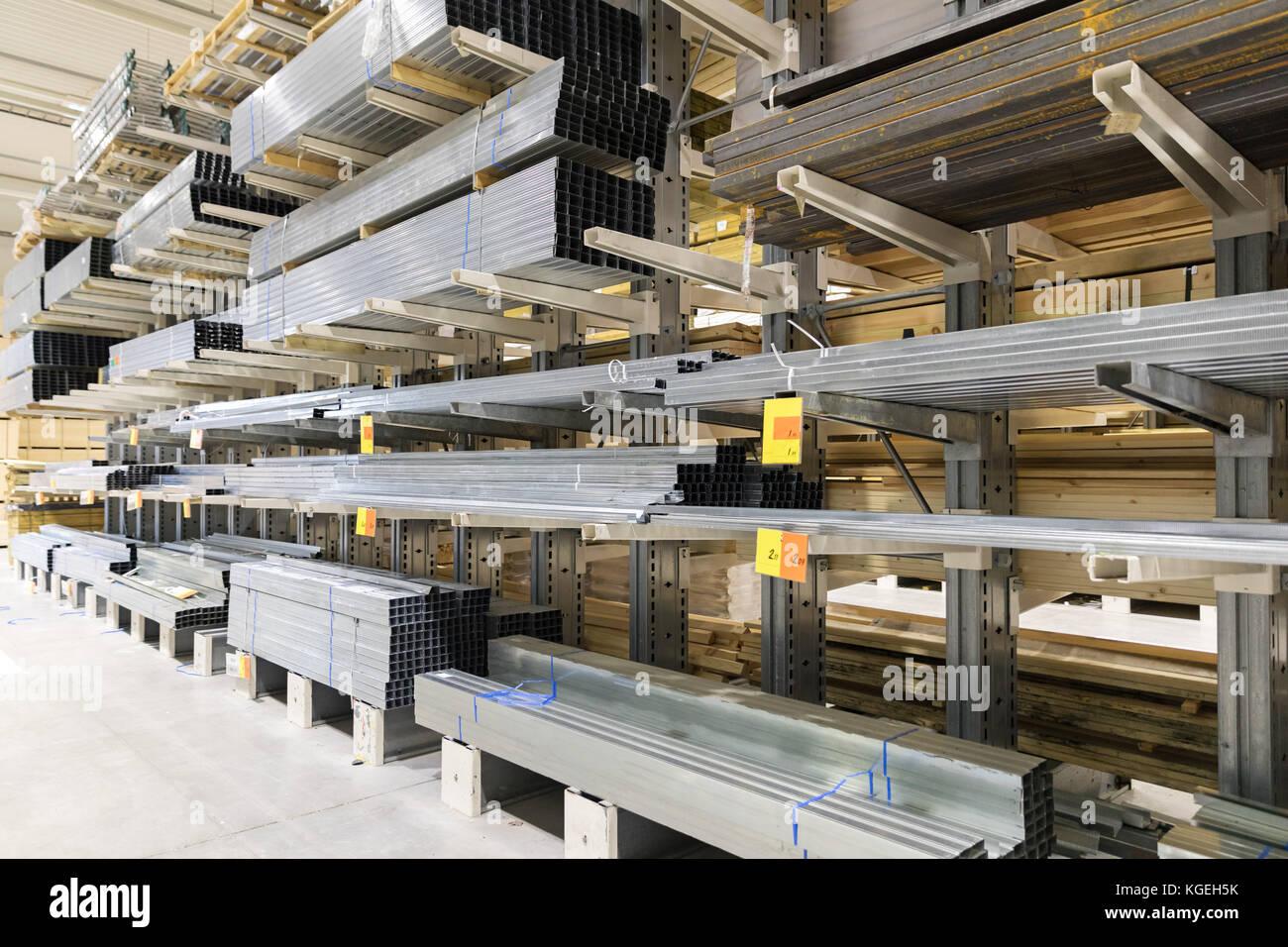 Entrepôt de distribution avec metal adulte Photo Stock