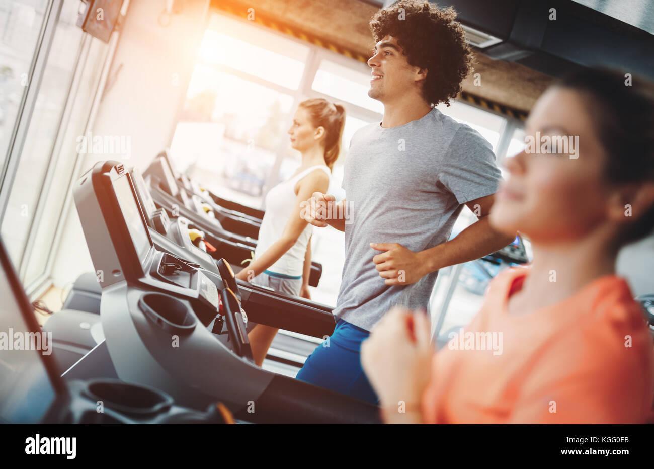 Jeune homme séduisant faisant cardio training in gym Photo Stock