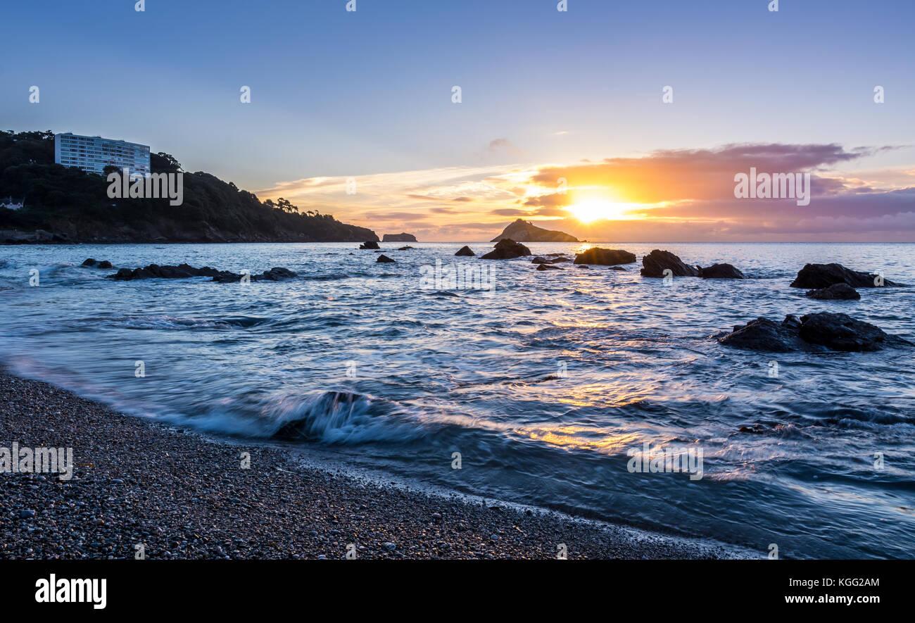 La plage de Meadfoot, torquay au lever du soleil. Photo Stock