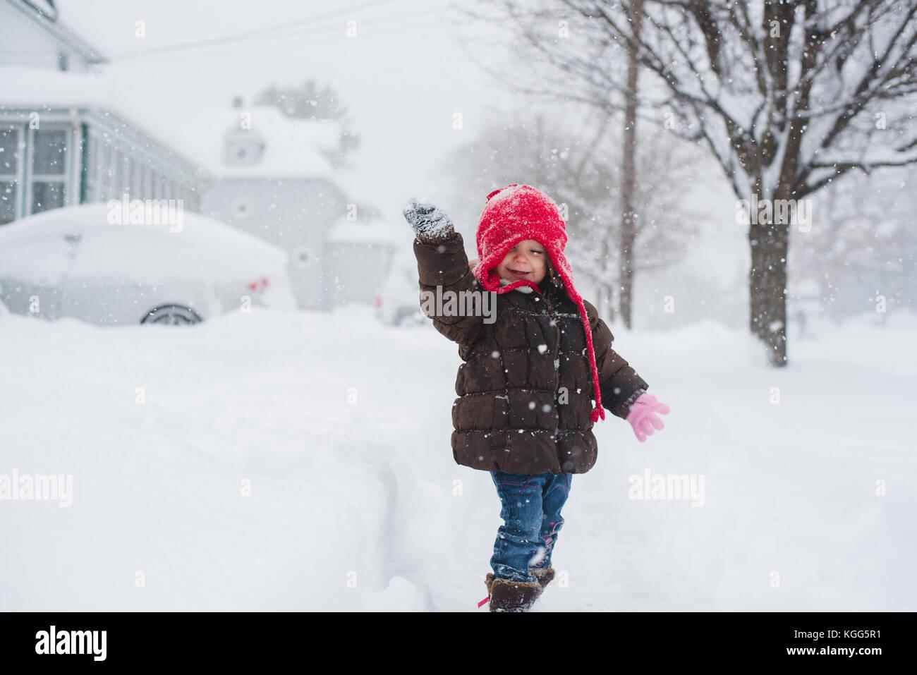 2 à 3 ans, debout au milieu d'une tempête de neige. Photo Stock