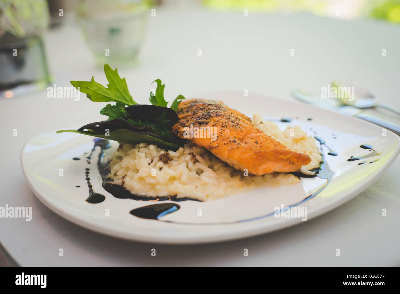 Un plat de riz et de saumon plaqué présenté dans un restaurant. Photo Stock