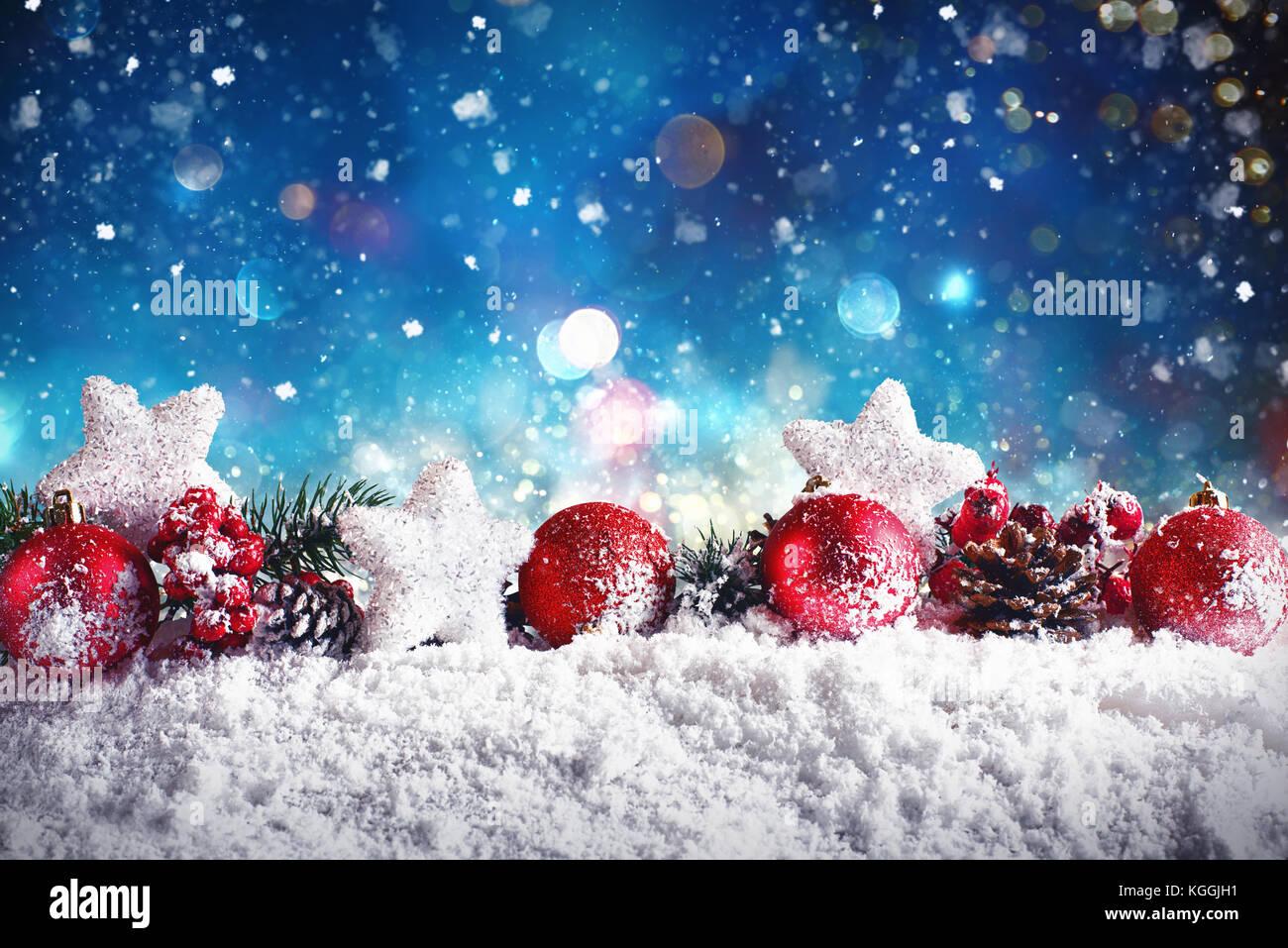 Composition de Noël avec des boules, étoiles et guirlandes sur la neige Photo Stock