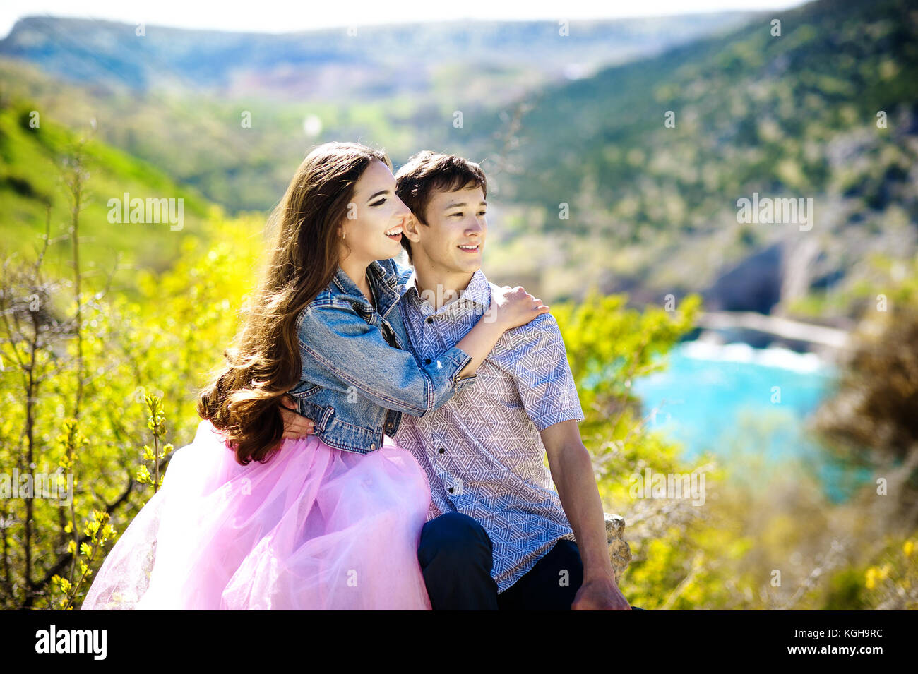 Beau couple de jeunes hipsters: balade dans le parc. L'amour, relation, dating: concept. Photo Stock