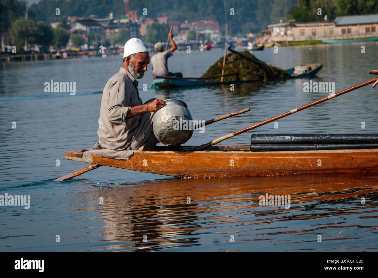La négociation sur le lac Dal à Srinagar Banque D'Images