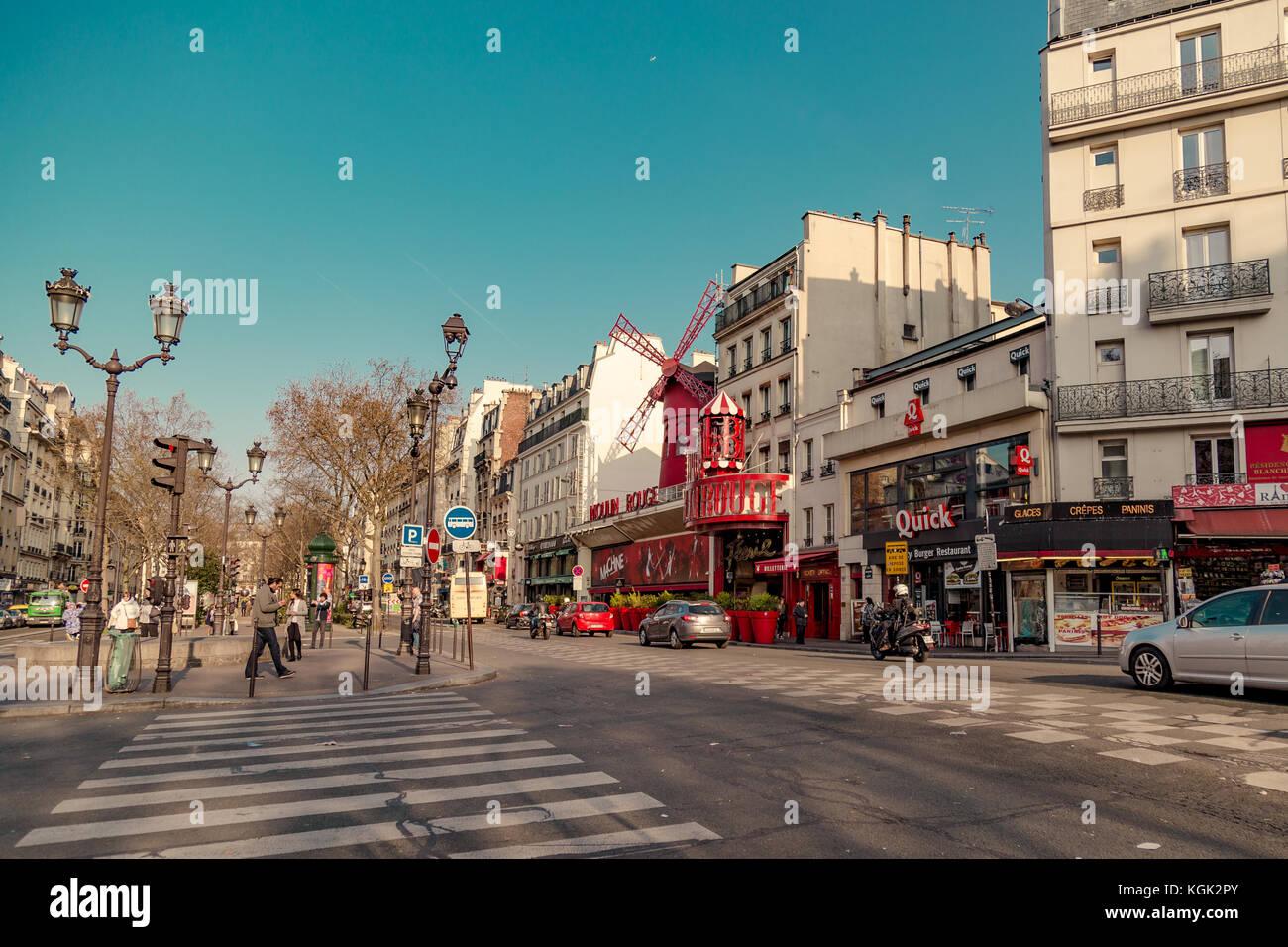 Paris, France, 31 mars 2017: moulin rouge est un cabaret construit en 1889, la localisation dans paris red-light Banque D'Images