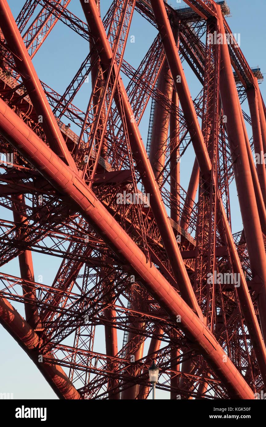 Vue du célèbre pont Forth Rail enjambant le Firth of Forth entre fife et West Lothian en Écosse, Photo Stock