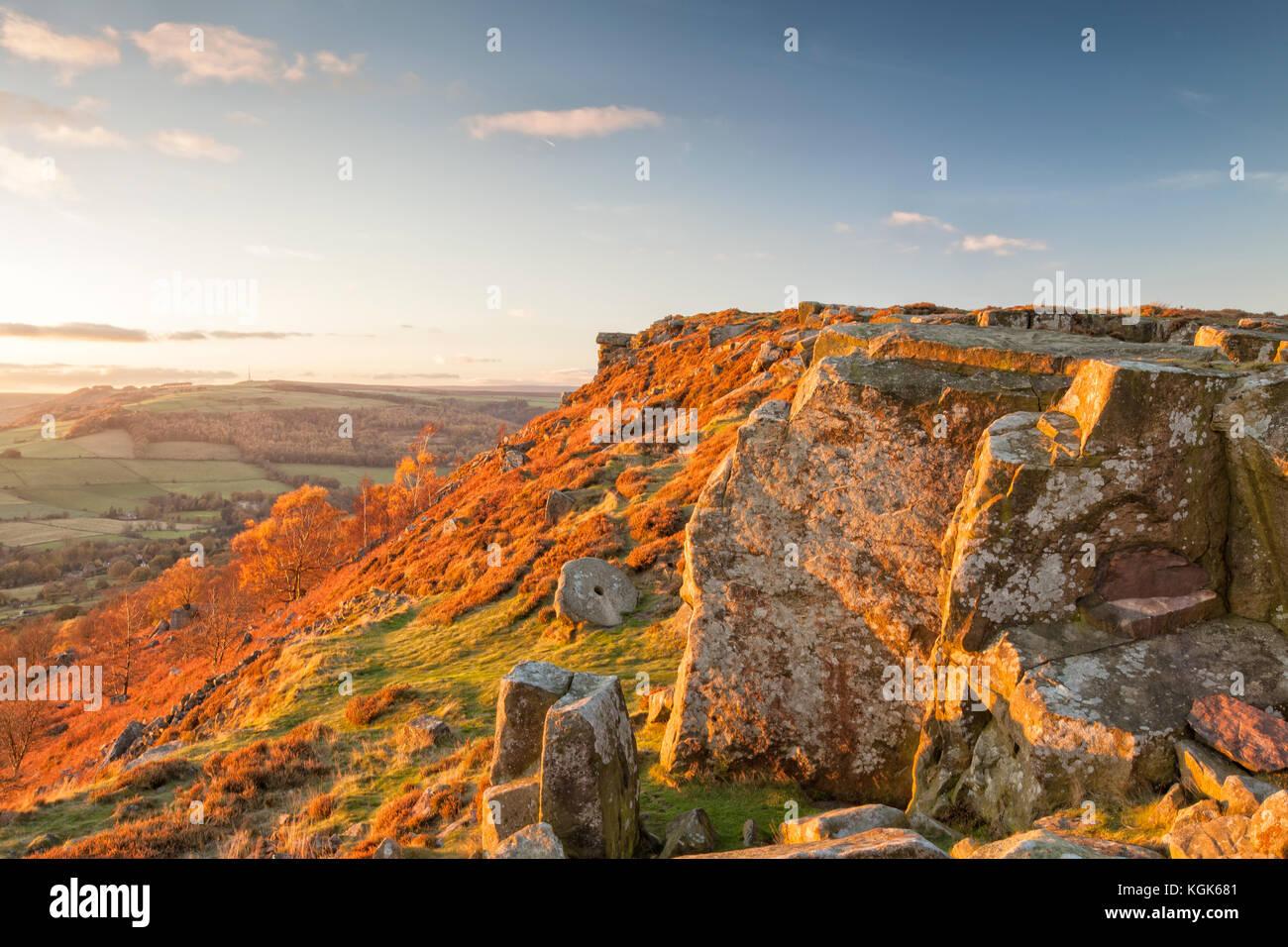 Coucher de soleil sur Curbar Edge, parc national de Peak District, Derbyshire, Angleterre Photo Stock