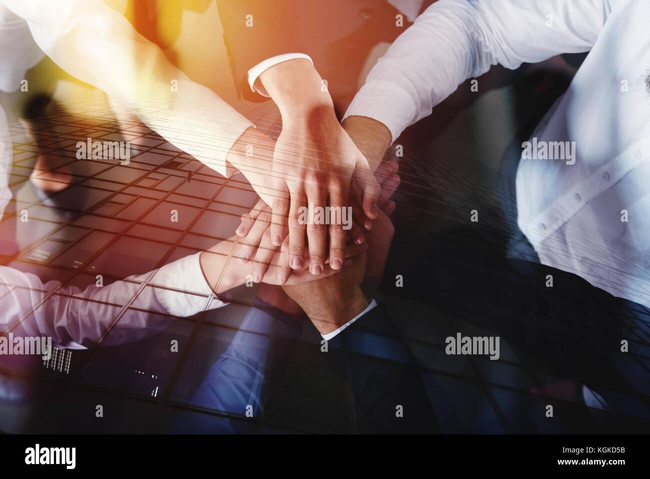 Joindre les mains des gens d'affaires au bureau. concept d'équipe et partenariat. double exposition Photo Stock