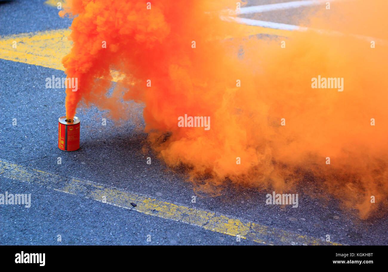 La fumée orange qui quitte un cans Photo Stock