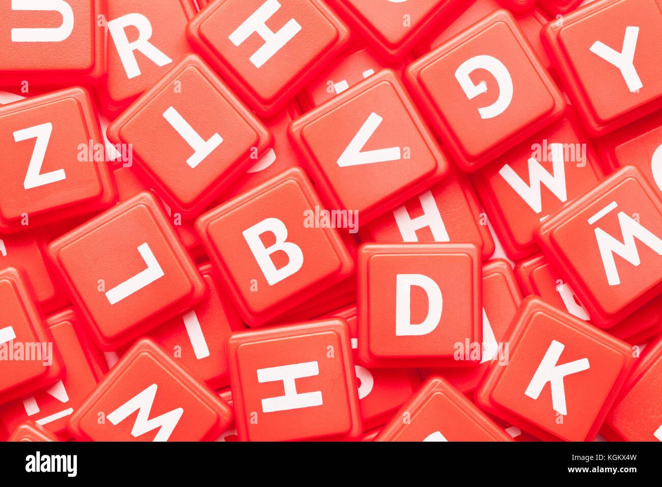 Pile de tuiles jeu lettre rouge arrière-plan. Photo Stock