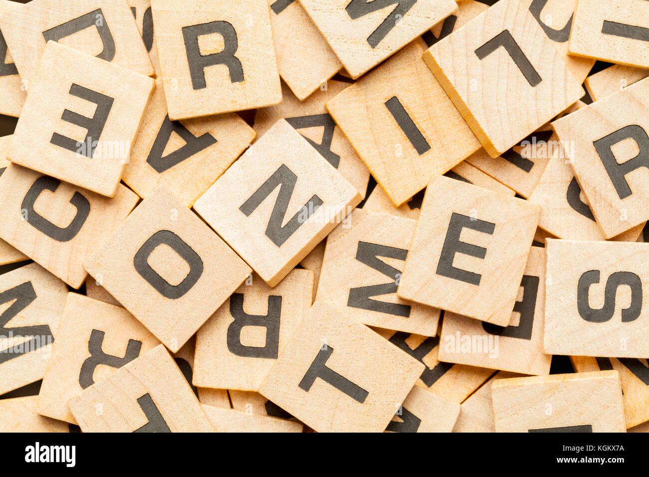 Tas de bois carreaux jeu lettre arrière-plan. Photo Stock