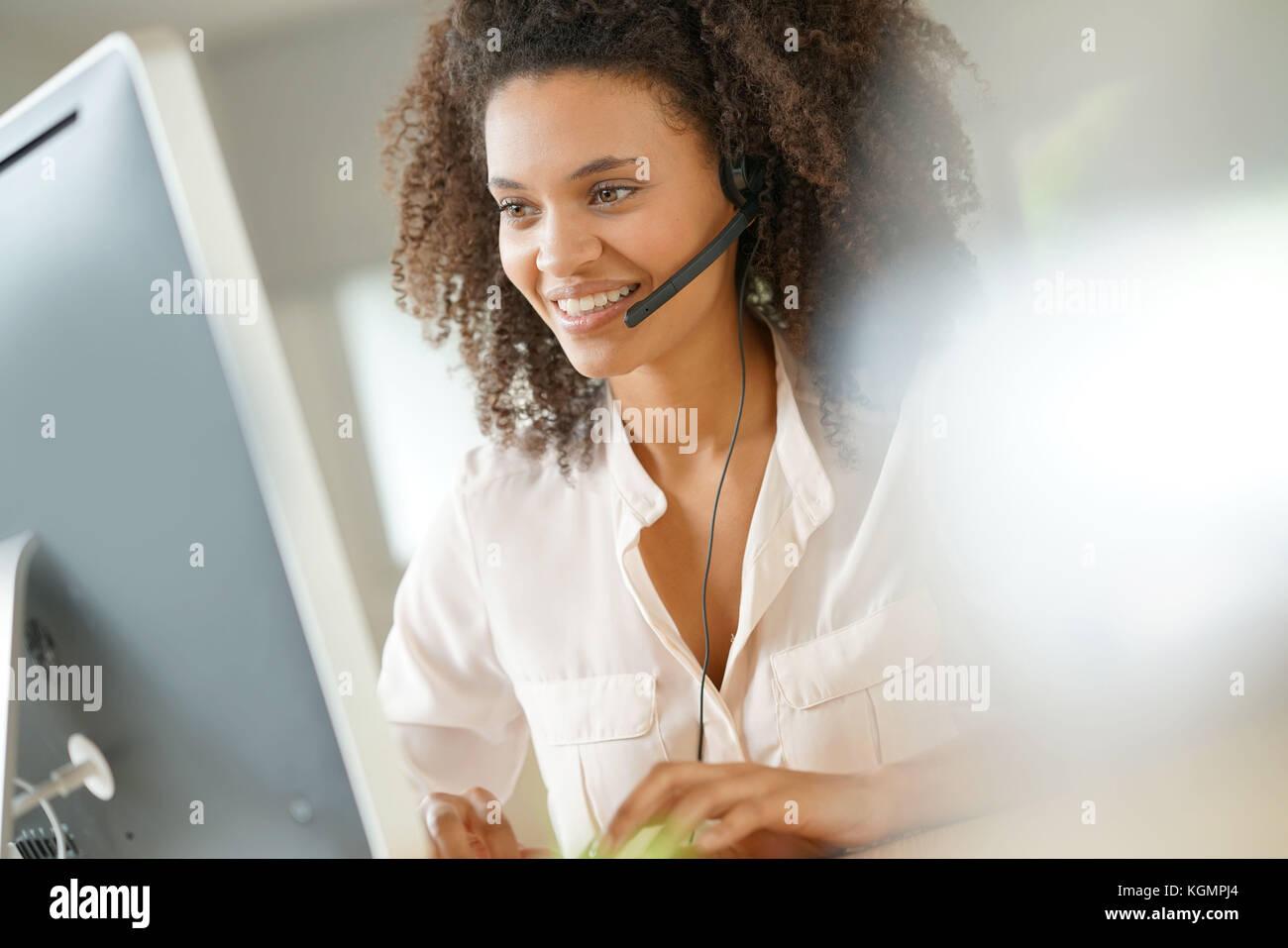 Portrait de l'assistant du service à la clientèle parlant au téléphone Photo Stock