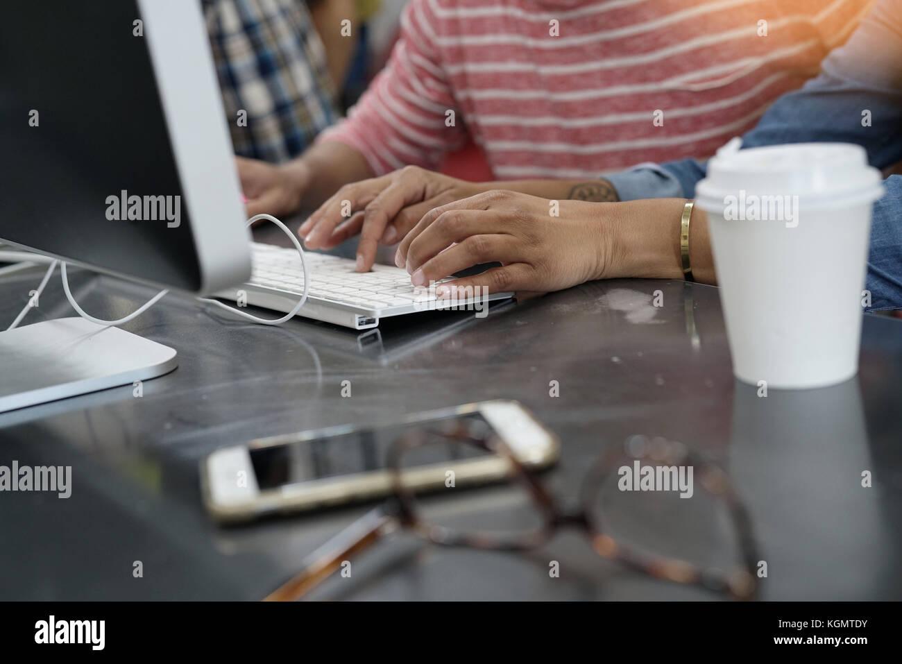 Libre des mains de la saisie sur clavier d'ordinateur de bureau Photo Stock