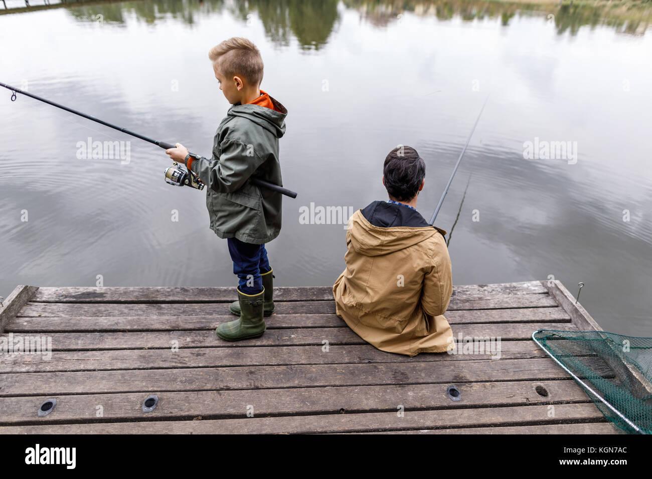 Père et fils avec tiges de pêche Photo Stock