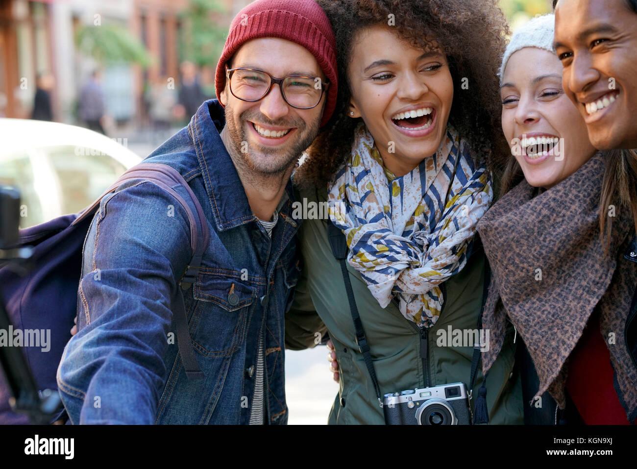 Groupe d'amis en vacances en tenant l'appareil photo avec Photo selfies Banque D'Images