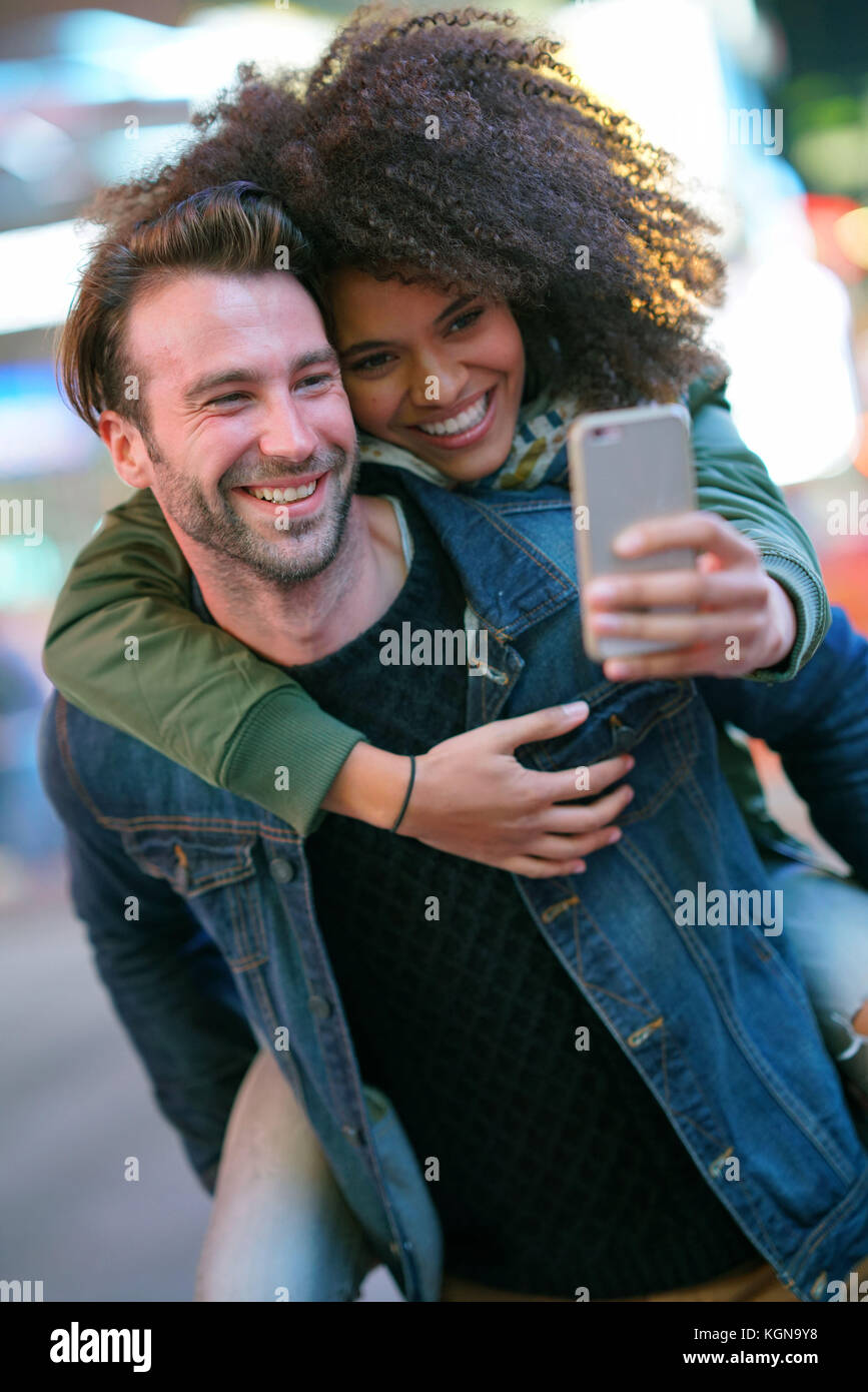 Couple at times square prendre photo selfies Photo Stock