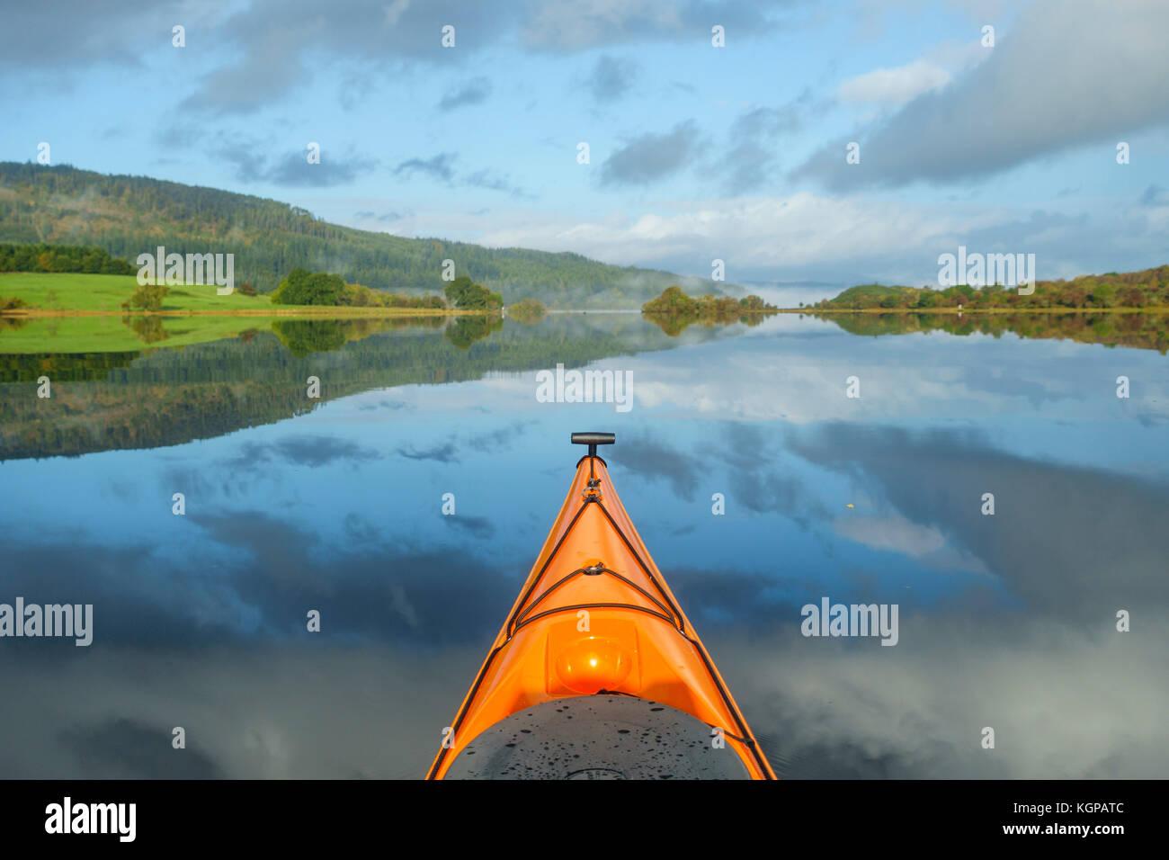 Kayak sur le Loch Ken, Dumfries et Galloway, Écosse Photo Stock