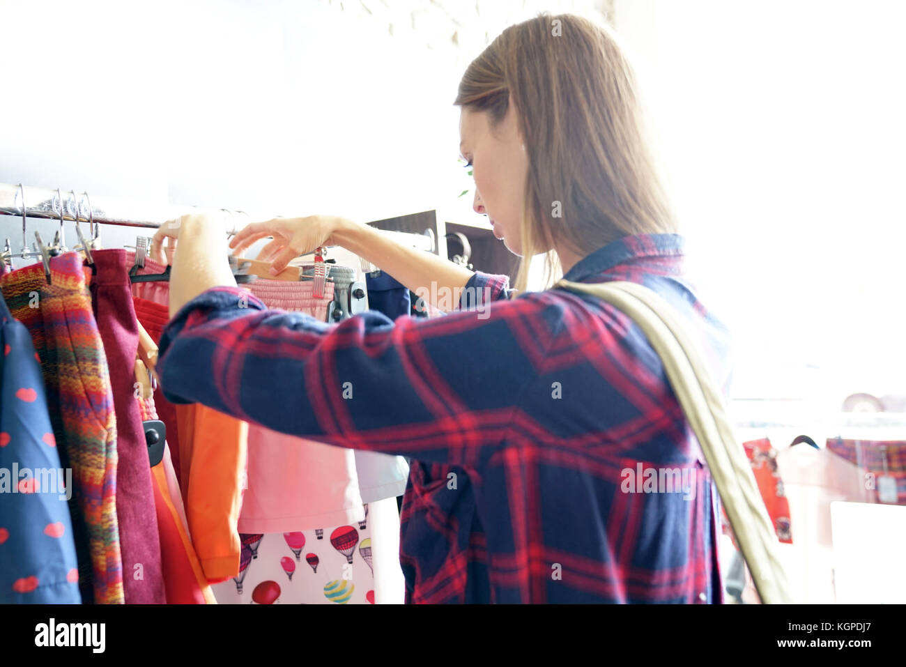 Femme dans magasin de vêtements, jour de shopping Photo Stock