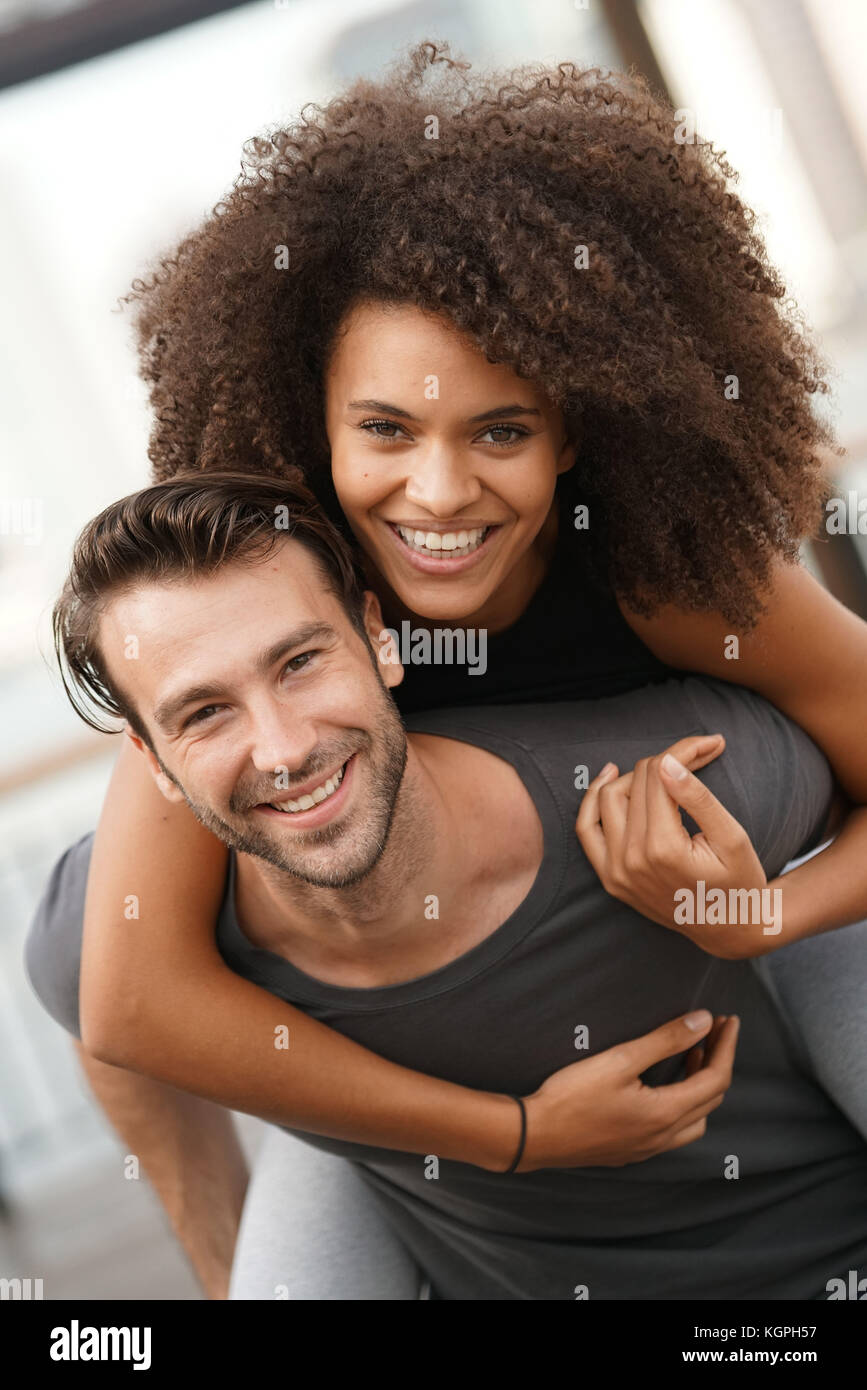 Man giving piggyback ride to girlfriend Banque D'Images