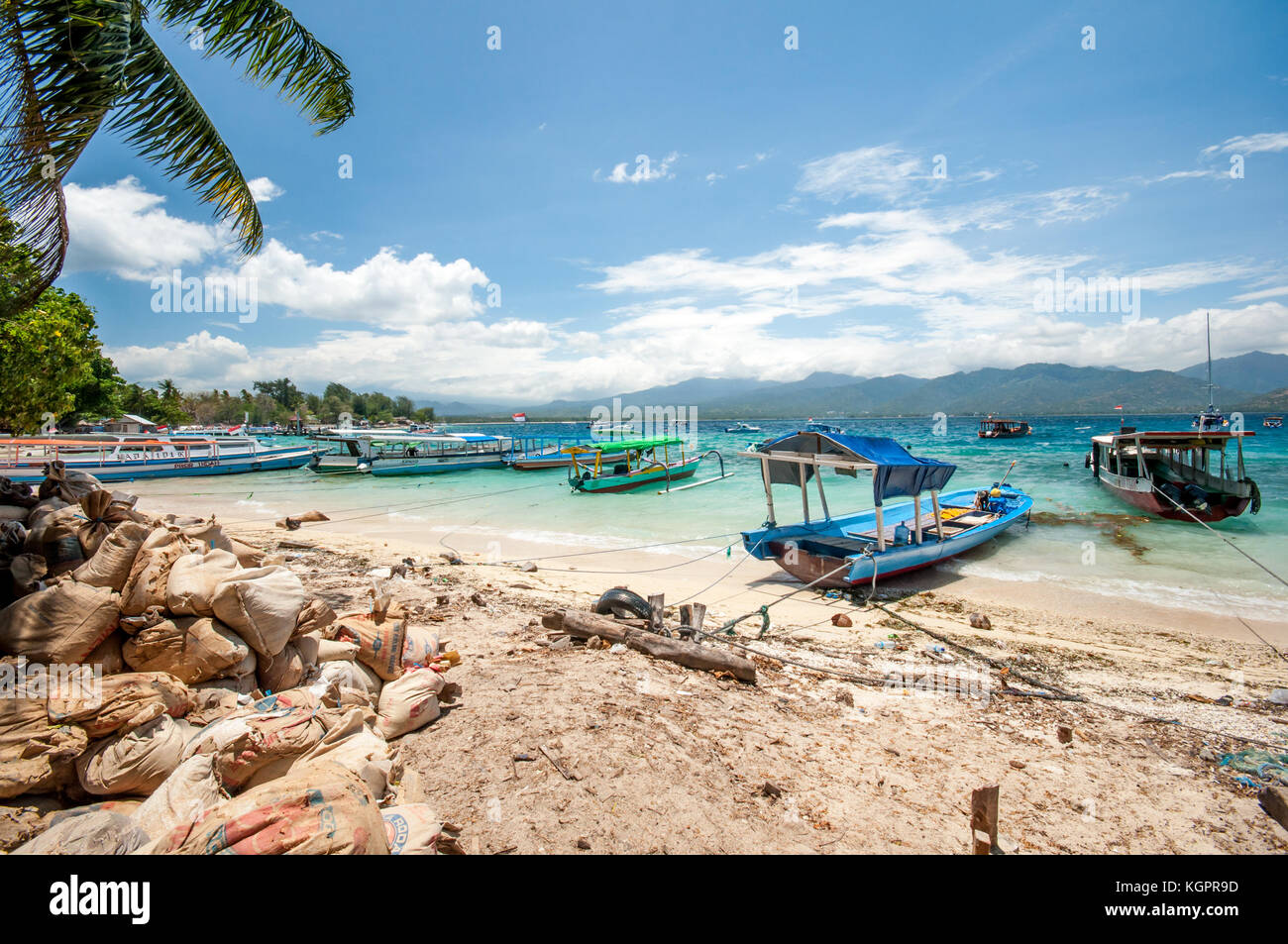 Le port de Gili Air traditionnel Indonésien, bateaux amarrés, Gili Trawangan, Indonésie, Asie du Photo Stock