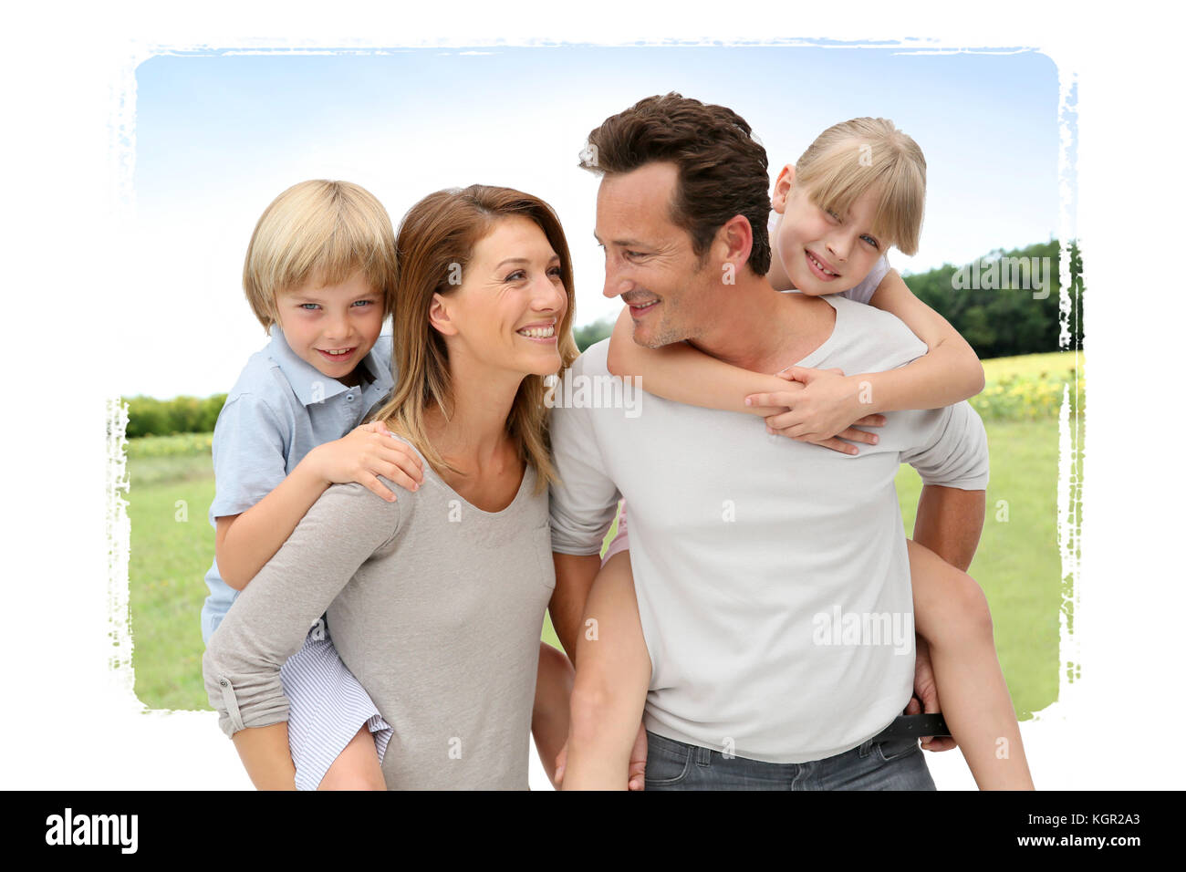 Les parents qui piggyback ride to kids in countryside Photo Stock