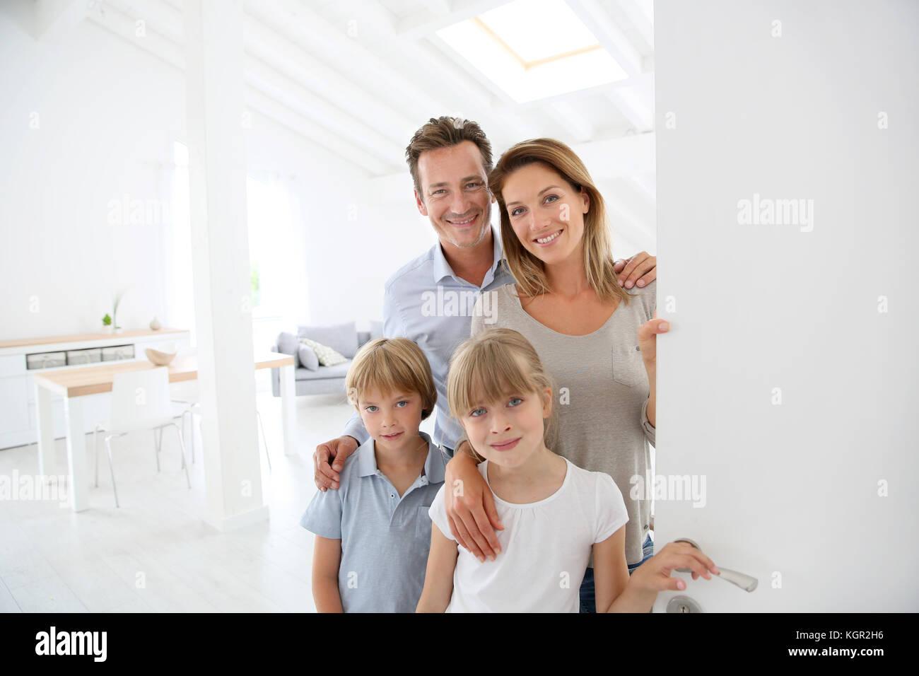 Accueillir les personnes de la famille à la porte d'entrée Photo Stock