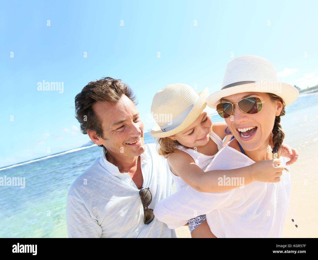 Portrait de famille heureuse à la plage Photo Stock