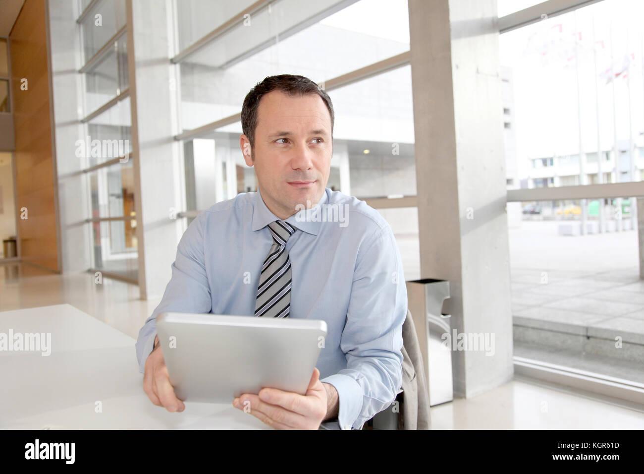 Portrait dans le bureau avec tablette électronique Photo Stock