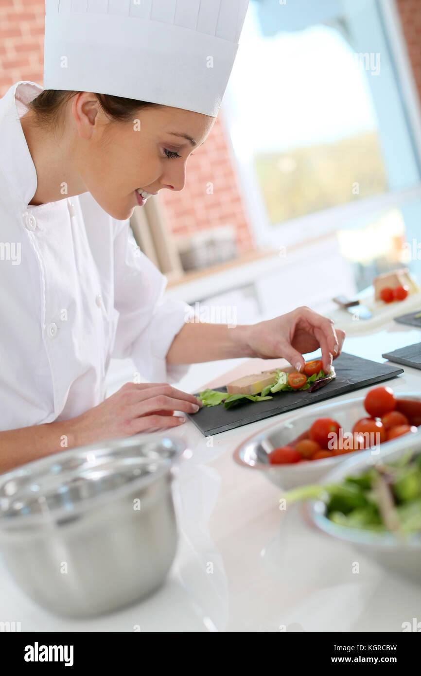 Smiling cook préparer apéritif Photo Stock