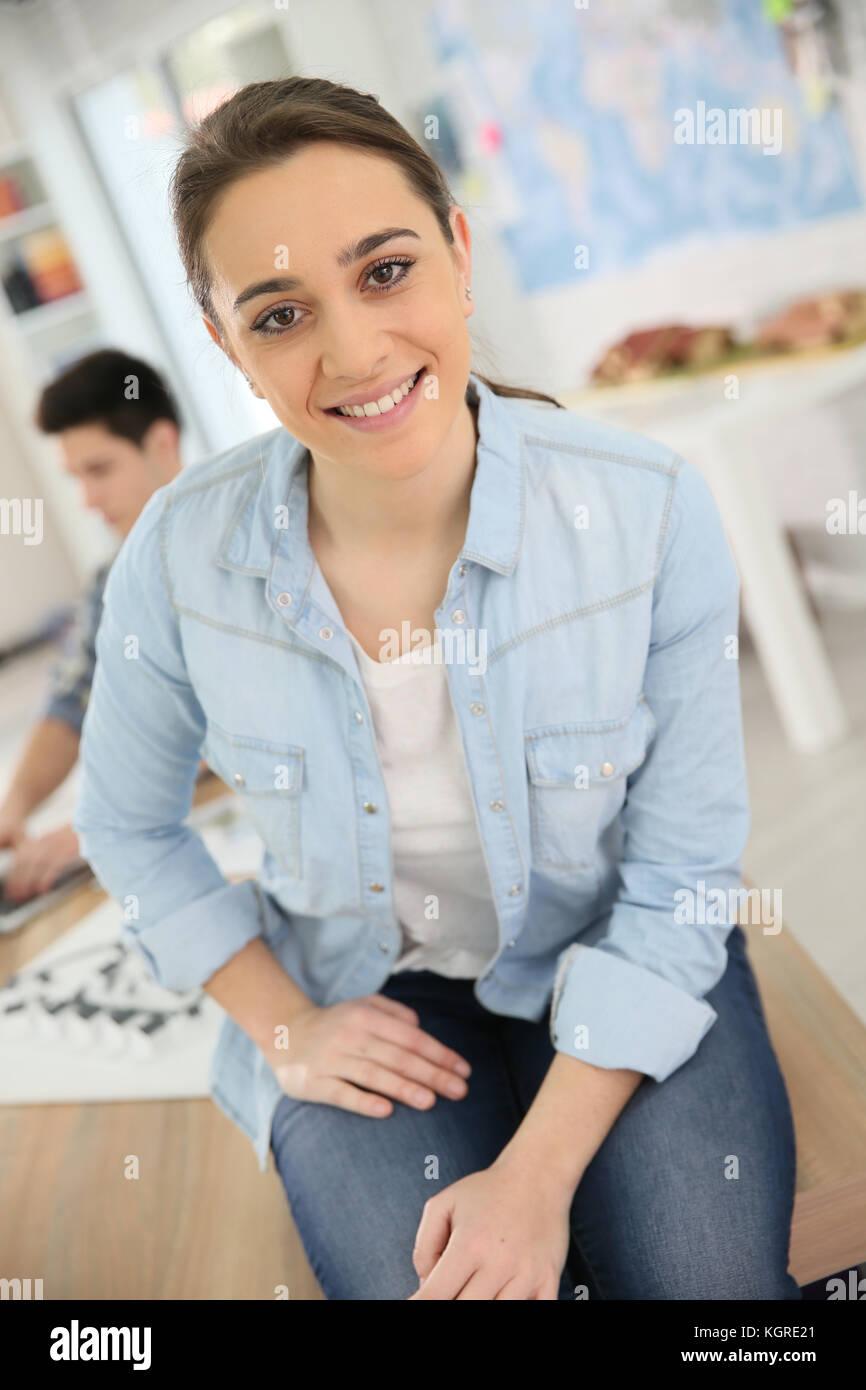 Portrait de jeune fille aux étudiants participant à la conception de cours Photo Stock