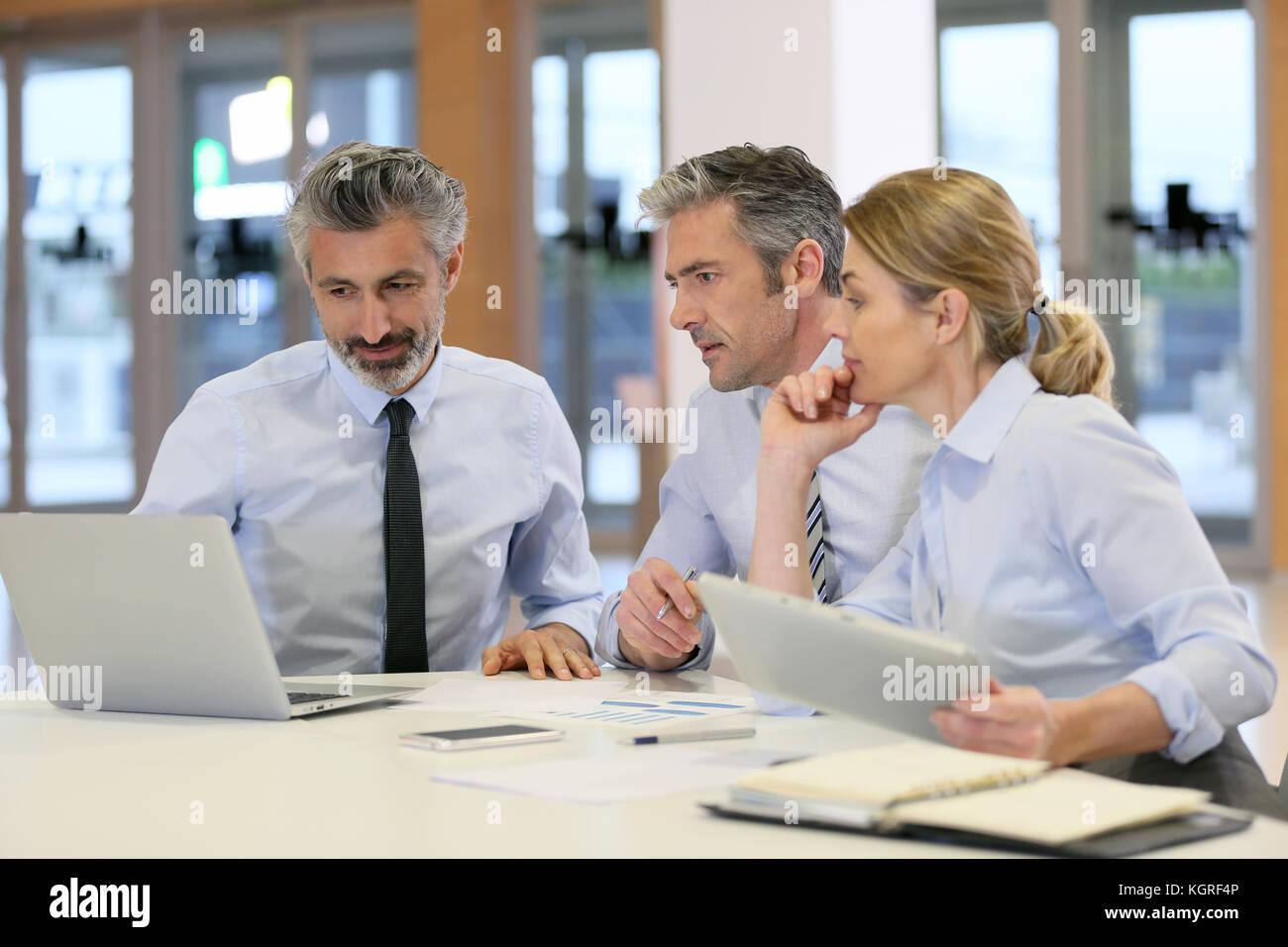Réunion de l'équipe d'affaires pour financier des projets Photo Stock