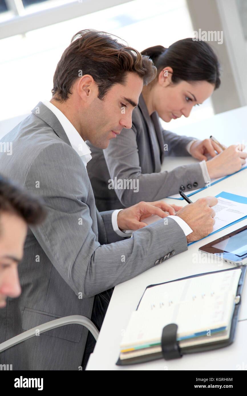Les jeunes formulaire de demande de signature Photo Stock