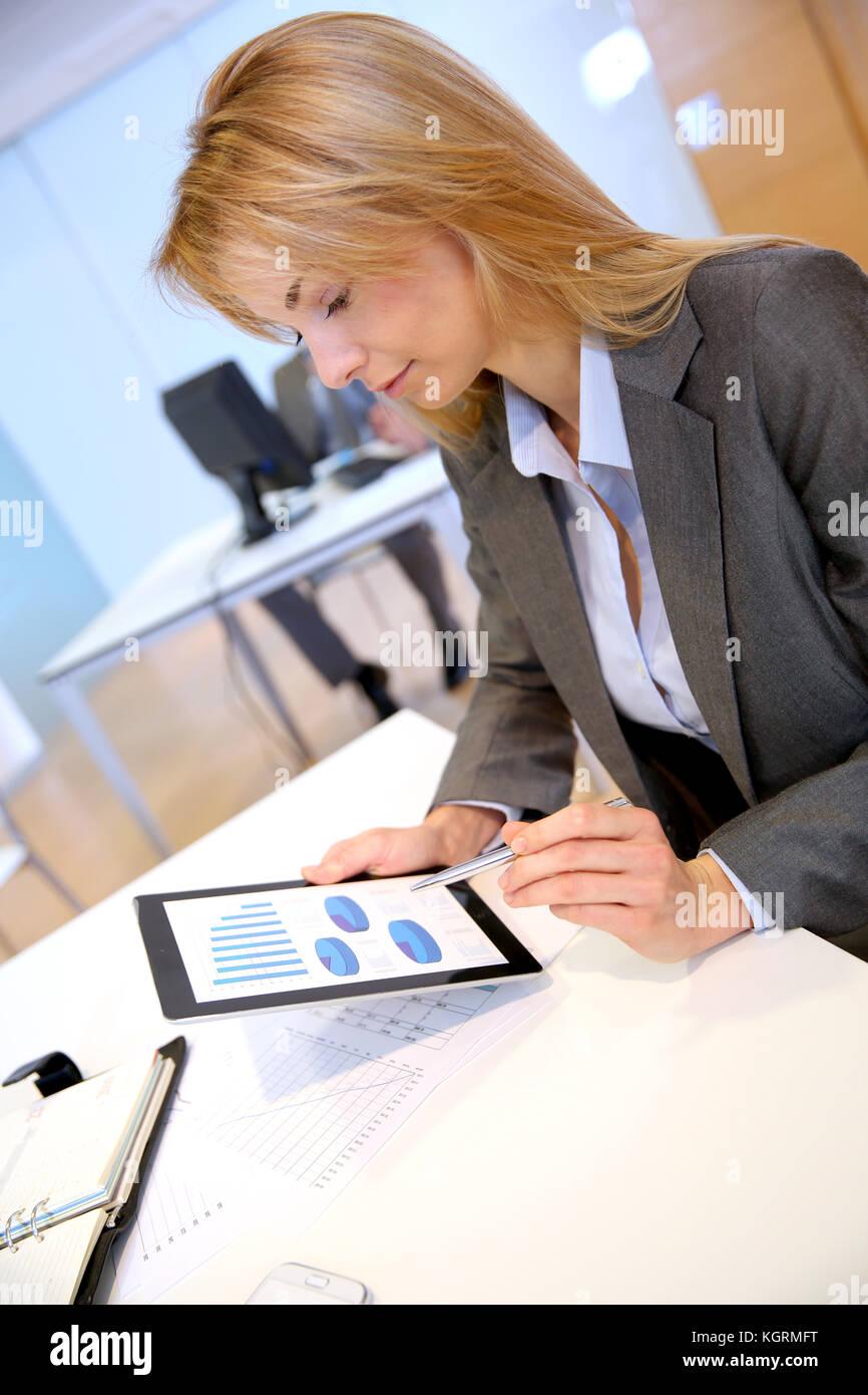 Businesswoman in office à l'aide de tablette électronique Photo Stock