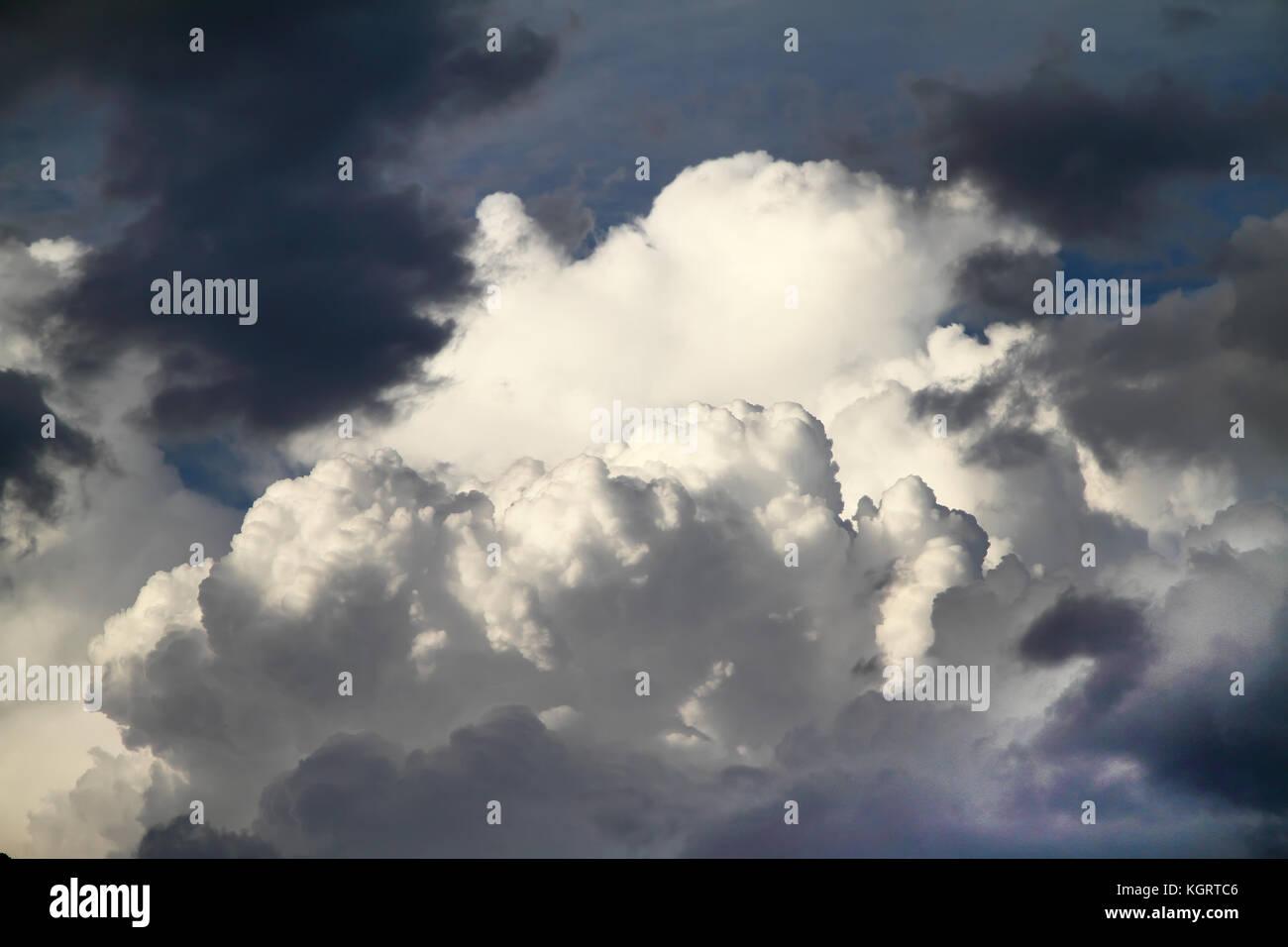 Les nuages orageux dans le nord de l'Espagne Photo Stock