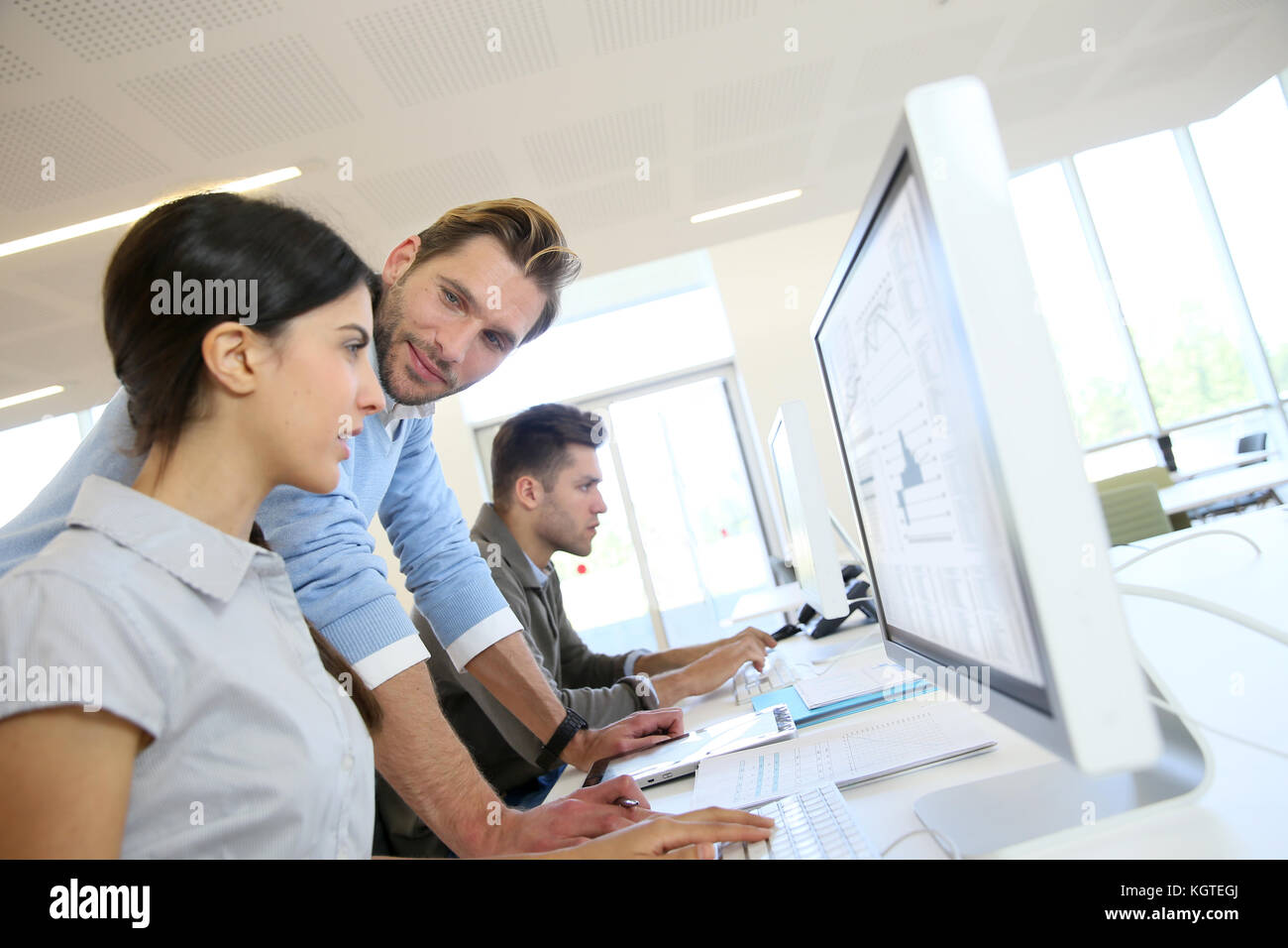 Business people working in office sur l'ordinateur de bureau Photo Stock