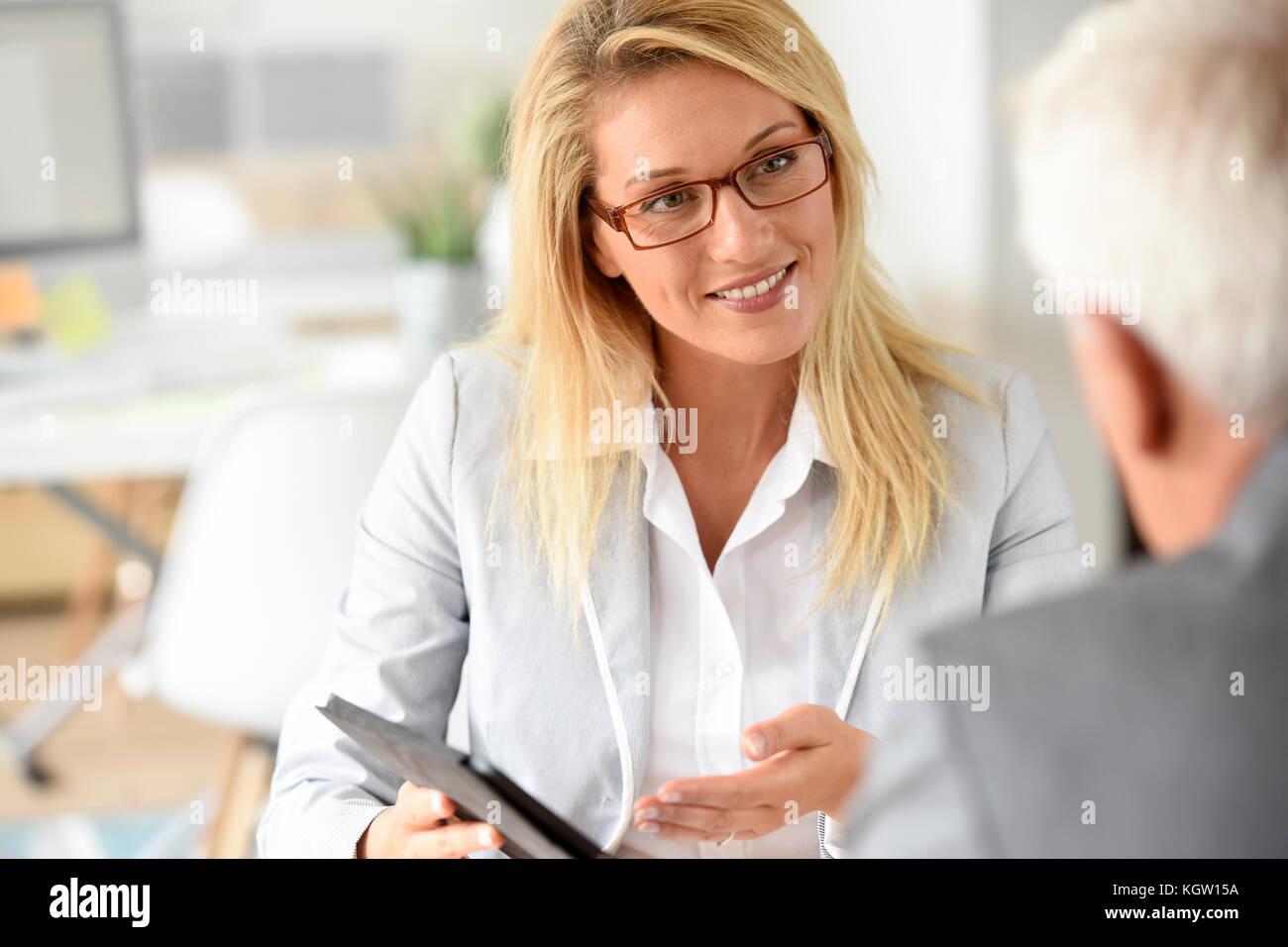 Businesswoman with client en réunion d'affaires Photo Stock